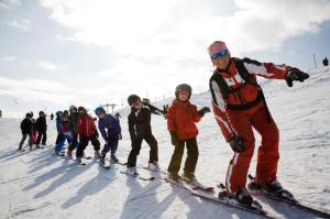 Kids-Ski-School-on-the-Wiedersbergerhorn-cAlpbachtal-Seenland-Tourismu...